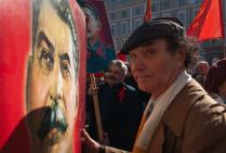 Участники первомайской демонстрации с агитационными плакатами