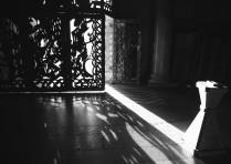 Темнота храма и свет неба
