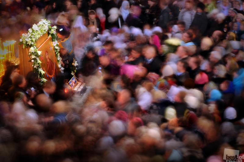 Паломники у ковчега с поясом Пресвятой Богородицы