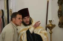 отец Андрей во время богослужения