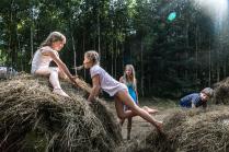 Дети играют в стогах сена