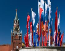 Флаги на фоне Спасской башни Кремля.