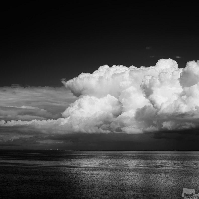 Облака над заливом