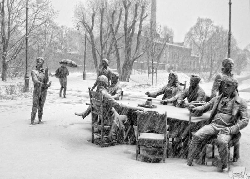 Снег, восемь джентльменов и одна девушка...