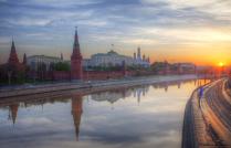 Утро красит нежным светом стены древнего Кремля...
