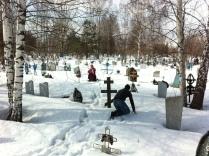 Посещение могилы в годовщину смерти. Зима.