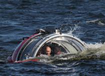 Президент Путин спускается на батискафе