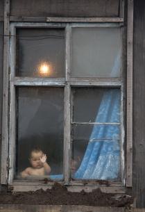 Девочка за окном.