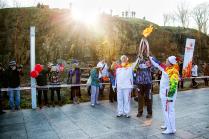 Передача эстафеты Олимпийского огня на территории кампуса ДВФУ