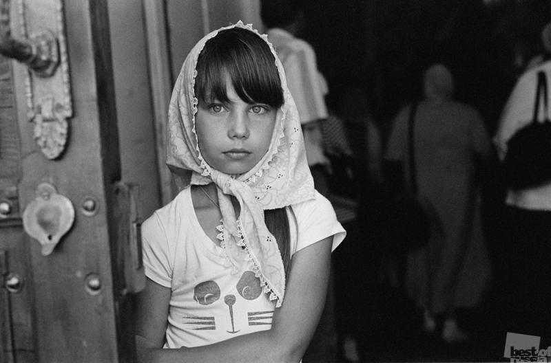 Девочка у дверей храма
