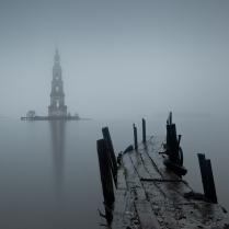 Туманом укутав плечи