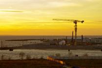 """Строительство небоскреба """"Газпрома"""" в лучах заходящего солнца."""