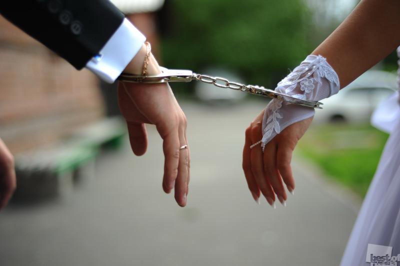 Мы связаны цепями и лентами