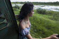 Девушка в вагоне поезда