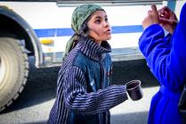 Маленькая цыганка просит милостыню