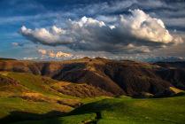 И над вершинами Кавказа изгнанник рая пролетал...