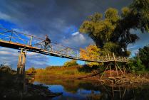 Пешеходный мостик и велосипедист....