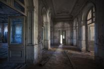 За закрытыми дверями