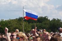 Гордо реет флаг трехцветный.