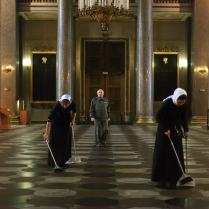Люди в Казанском соборе