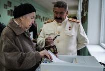 Двойник Иосифа Сталина на одном из участков для голосования во время выборов депутатов московской городской Думы.