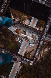 На вершине подвесного  моста