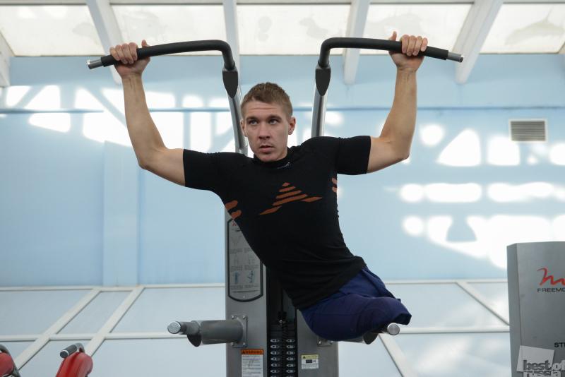 Паралимпиец на занятии по общей физической подготовки