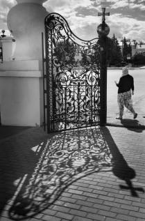 За воротами храма