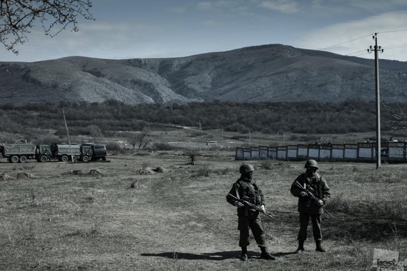 Перевальное. Российские солдаты у воинской части.