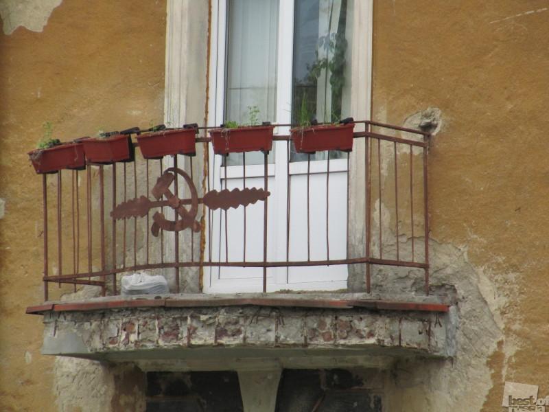 Серп и молот. Украшают ваш балкон?