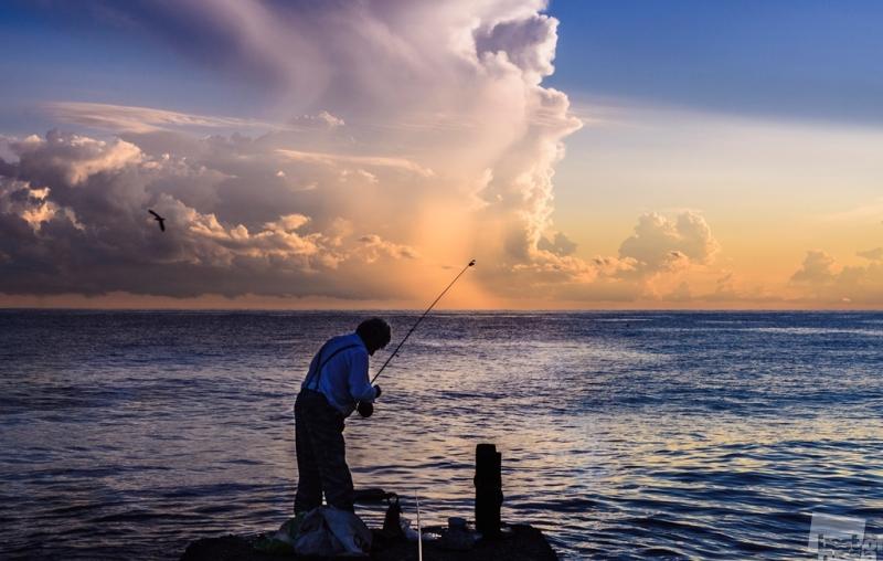 одинокий рыбак на берегу