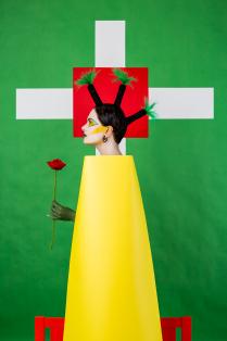 Девушка с пальмами на голове