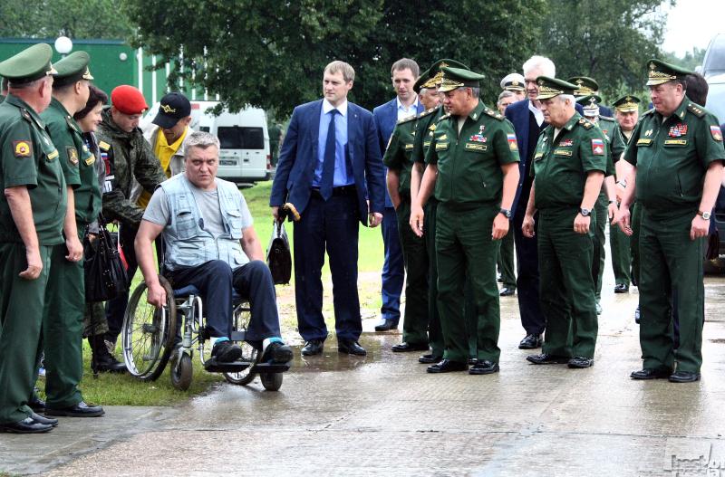 Министр обороны и инвалид