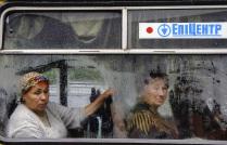 Люди в автобусе в дождливый день