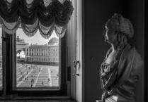 Екатерина смотрит в окно