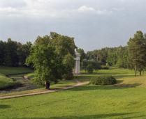 Известный вид Павловского парка на храм Дружбы.