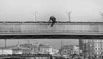 Двое на мосту. Патриарший мост. День полного солнечного затмения.