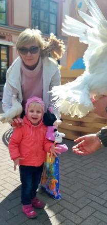 Бабушка, внучка и голуби.