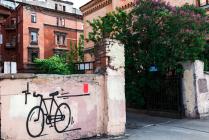 Двор с велосипедом