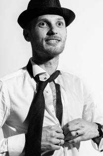 Черно-белый мужской портрет
