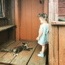 Деревенский колорит. Девочка и кот.