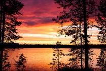 Персиком нежным закат догорает, Облака росчерк пурпурный на нем, Как радуга небо пред ночью пылает, Цвета переходят друг в друга огнем.
