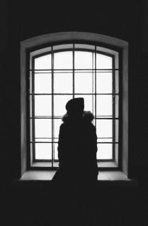 Окно и девушка