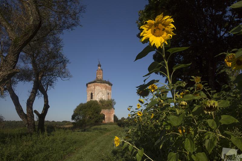 Старый храм и солнышко