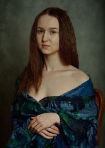 Портрет девушки укутанной в платок