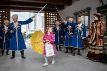 Девочка с жёлтым зонтом
