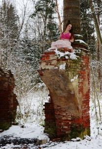 Девушка на руинах.