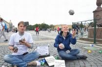 Уроки жонглирования булыжниками в День Знаний для человека из Германии