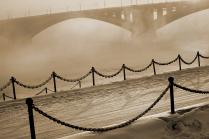 Набережная и мост в морозном тумане