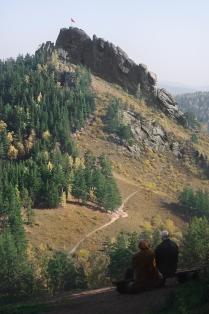 Созерцающая скалу Такмак пара